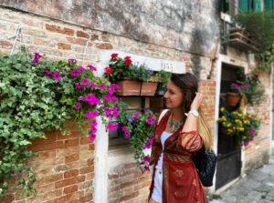 Eccomi! Solo Lucia, guida turistica anticonvenzionale ma ufficialmente abilitata e storico nell'arte. Qui in uno dei luoghi che amo di più, il ghetto ebraico di Venezia